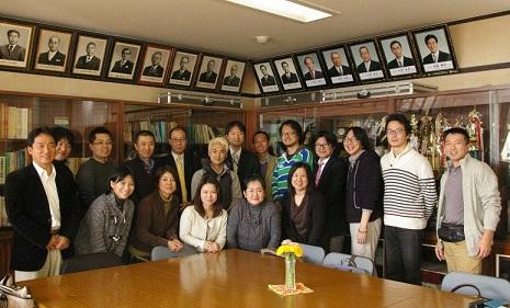 担当の先生を囲んで、15名の講師陣、結メンバーと記念撮影